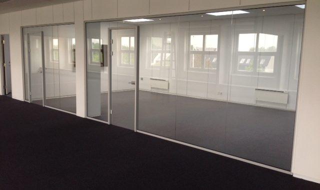 LE Glas glasvæg system med glasdør med alu karm samt låse system